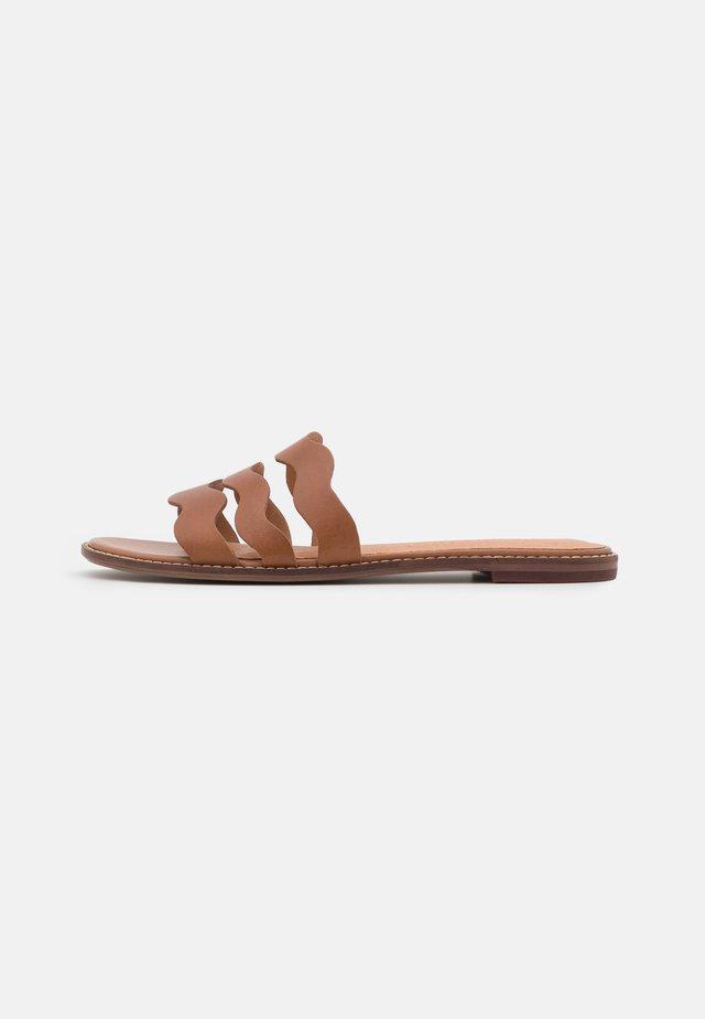 JOY WAVY  - Pantofle - english saddle