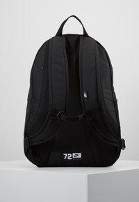 Nike Sportswear - HAYWARD 2.0 UNISEX - Reppu - black/black/white - 2