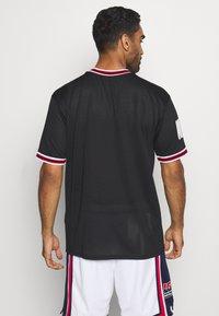 New Era - NBA CHICAGO BULLS OVERSIZED APPLIQUE TEE - Klubové oblečení - black - 2