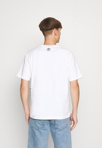 adidas Originals - OUT TEE - T-shirt con stampa - white/black - 2
