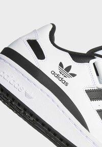 adidas Originals - FORUM LOW UNISEX - Sneakersy niskie - white/core black - 5