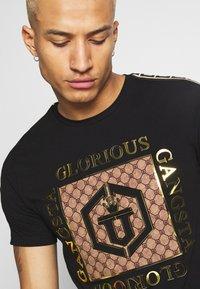 Glorious Gangsta - VASILI  - T-shirt z nadrukiem - black - 4
