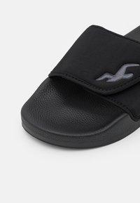 Hollister Co. - ADJUSTABLE SLIDES - Pantofle - black - 5