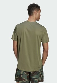 adidas Performance - CAMOUFLAGE GT2 DESIGNED2MOVE PRIMEGREEN WORKOUT GRAPHIC T-SHIRT - Print T-shirt - green - 1