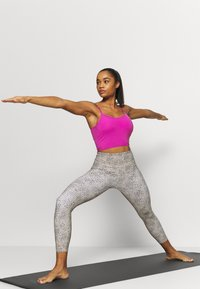 Cotton On Body - STRIKE A POSE YOGA VESTLETTE - Light support sports bra - magenta pop - 1