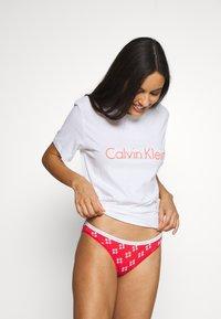 Calvin Klein Underwear - 2 PACK - Alushousut - bubble gum/adrenaline - 0