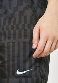 Nike Sportswear - ZIGZAG FLOW - Shorts - black - 3