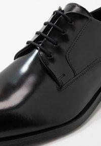 HUGO - Elegantní šněrovací boty - black - 5