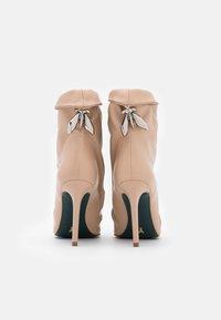 Patrizia Pepe - Kotníková obuv na vysokém podpatku - camel beige - 3