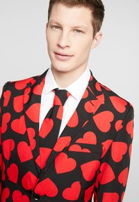 OppoSuits - KING OF HEARTS SUIT SET - Suit - black/red - 6