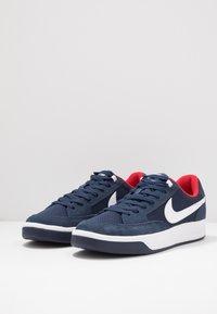 Nike SB - NIKE ADVERSARY - Skateschoenen - midnight navy/white/universal red - 2