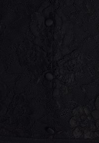 Pieces Petite - PCSOFIA CAP BODYSTOCKING - Triko spotiskem - black - 2