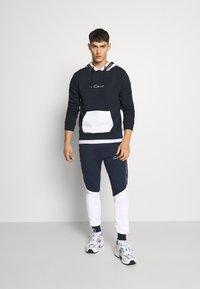CLOSURE London - CONTRAST JOGGER WITH TAPING - Pantaloni sportivi - navy - 1