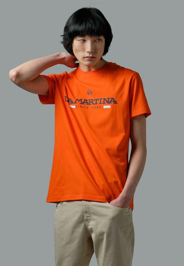 RANDAL - T-shirt con stampa - orange