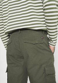 Tommy Hilfiger - JOHN CARGO - Shorts - army green - 5
