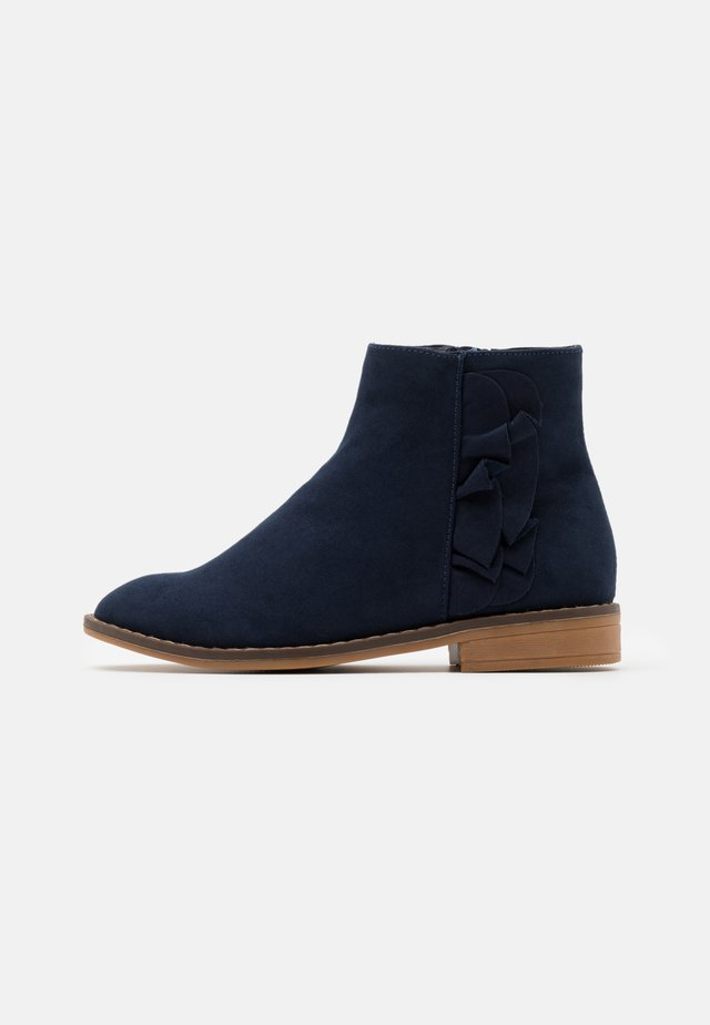 RUFFLE ANKLE BOOT - Bottines - navy