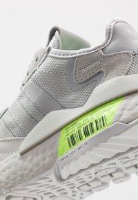 adidas Originals - NITE JOGGER - Matalavartiset tennarit - grey one/grey two/signal green - 5