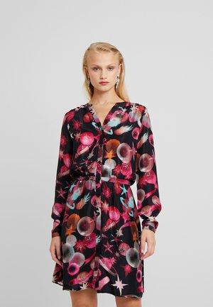 LISELOTTE SHORT DRESS - Denní šaty - black