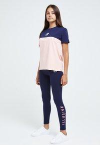 Illusive London Juniors - Print T-shirt - navy & pink - 2
