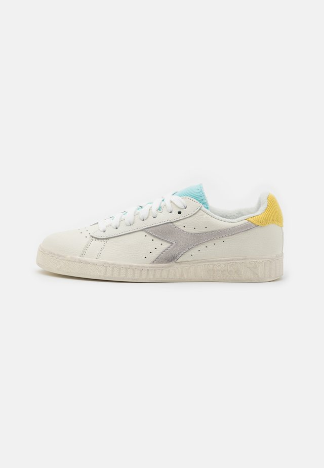 GAME ICONA  - Sneakers laag - white/goldfinch/blue tint