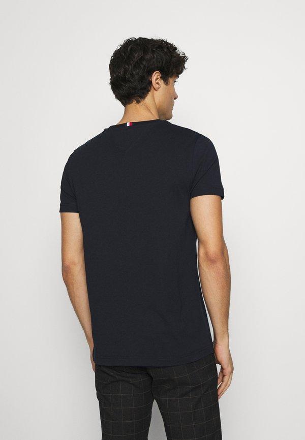 Tommy Hilfiger ARCHIVE GRAPHIC TEE - T-shirt z nadrukiem - desert sky/granatowy Odzież Męska ALPR