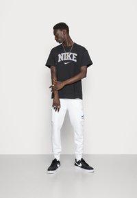 Nike Sportswear - CARGO PANT - Pantaloni sportivi - white - 1