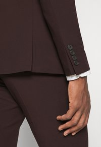 Isaac Dewhirst - THE FASHION SUIT 3 PIECE - Kostym - bordeaux - 16