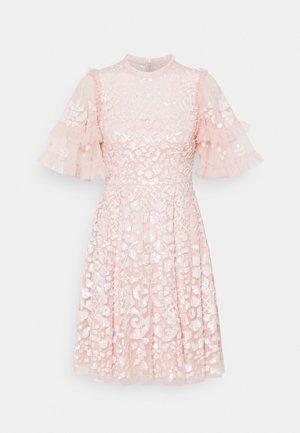 AURELIA MINI DRESS - Koktejlové šaty/ šaty na párty - strawberry icing