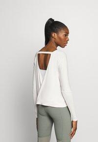 Onzie - DRAPEY V BACK - Long sleeved top - ivory - 2