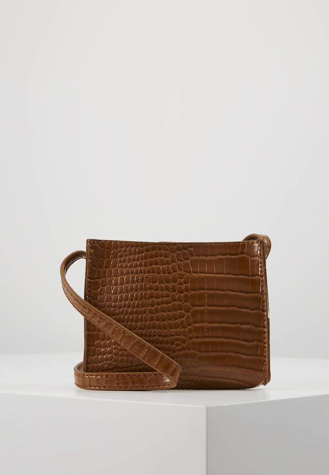 CROC MINIMAL CROSS BODY BAG - Torba na ramię - camel