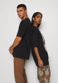 RETHINK Status - UNISEX - T-shirt med print - black - 3