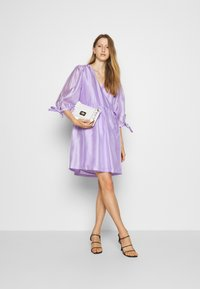 DESIGNERS REMIX - ENOLA WRAP DRESS - Robe d'été - lavender - 1