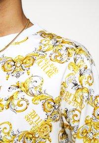 Versace Jeans Couture - PRINT NEW LOGO - Sweatshirt - bianco ottico - 5