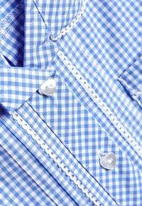 Next - RED BUTTON FRONT LACE GINGHAM DRESS (3-14YRS) - Košilové šaty - blue - 2