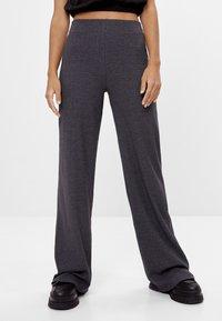 Bershka - MIT WEITEM BEIN  - Trousers - dark grey - 0