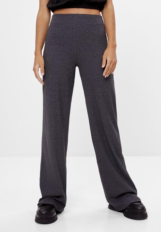 MIT WEITEM BEIN  - Pantalon classique - dark grey