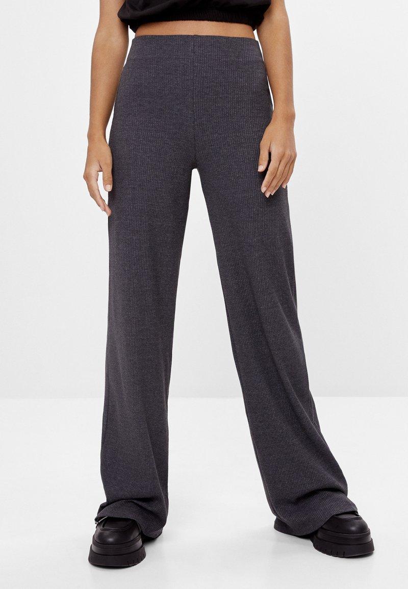 Bershka - MIT WEITEM BEIN  - Trousers - dark grey