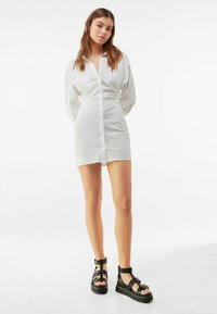 Bershka - MIT RAFFUNGEN - Shirt dress - white - 1