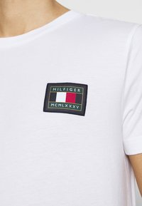 Tommy Hilfiger - ICON ESSENTIALS TEE - T-shirt con stampa - white - 4