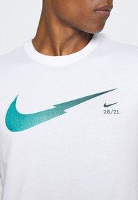 Nike Sportswear - ZIGZAG TEE - Camiseta estampada - white - 5