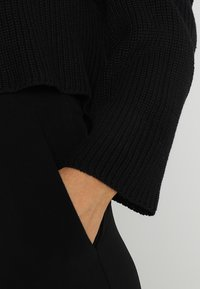Even&Odd - BASIC- cropped jumper - Sweter - black - 5