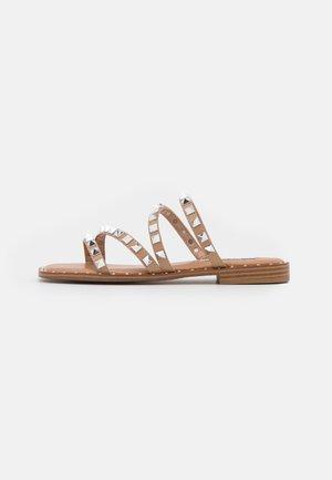 SKYLER - Pantofle - tan