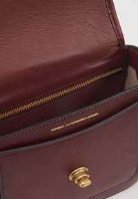 Coach - GLOVETANNED RAMBLER CROSSBODY - Across body bag - light maroon - 2