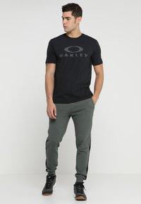 Oakley - BARK - T-Shirt print - blackout - 1
