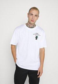 Edwin - STRANGE OBJECTS - Print T-shirt - white - 2