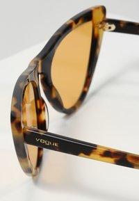 VOGUE Eyewear - GIGI HADID - Sluneční brýle - orange - 2