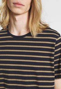 Matinique - JERMANE - Print T-shirt - khaki - 5