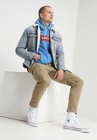 Levi's® - TYPE 3 SHERPA TRUCKER - Kurtka jeansowa - stonebridge - 1