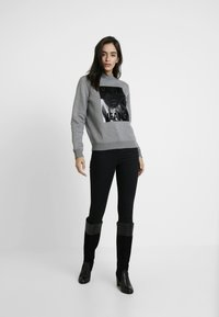 Calvin Klein Jeans - MOCK NECK - Mikina - mid grey heather - 1