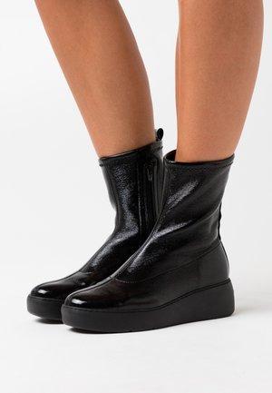 Kotníkové boty na platformě - master nero